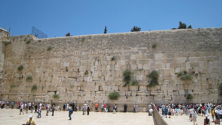 Ściana Płaczu zwana też Murem Zachodnim – jedyna zachowana do dnia dzisiejszego pozostałość Świątyni Jerozolimskiej. Najświętsze miejsce judaizmu