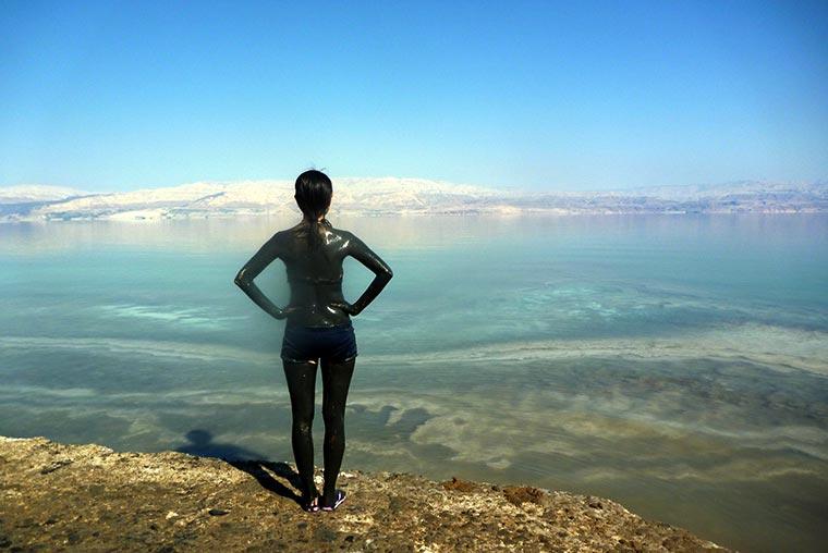 Wielu ludzi wierzy, że błoto z Morza Martwego ma specjalne lecznicze i kosmetyczne zastosowania