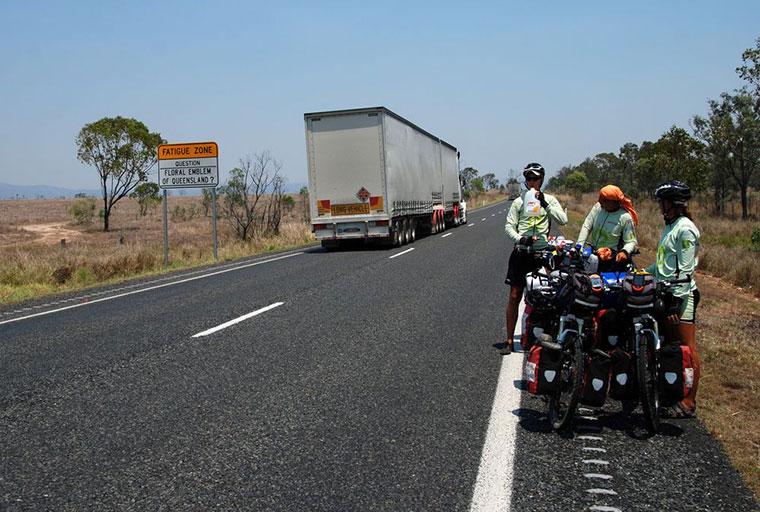 Joachim Czerniak i towarzyszące mu osoby pokonali w Australii 10 tysięcy kilometrów na rowerach.