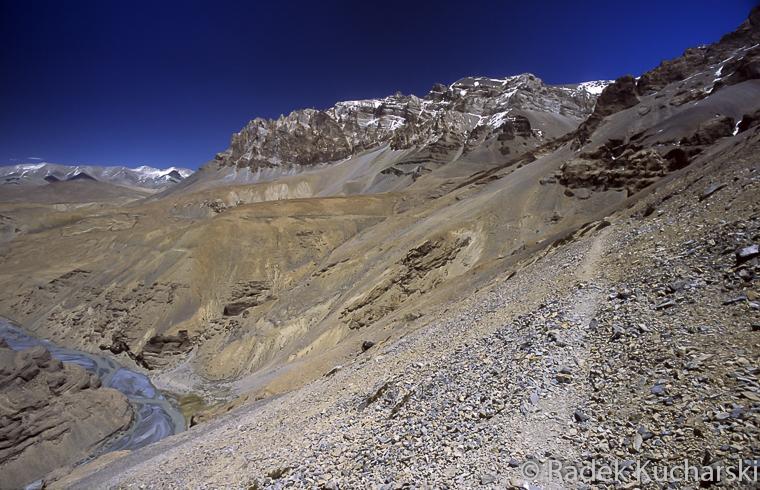 Wąska ścieżka trawersująca strome zbocze wysoko ponad rzeką Zarą na szlaku z Pang do Zaskaru (Zanskaru)