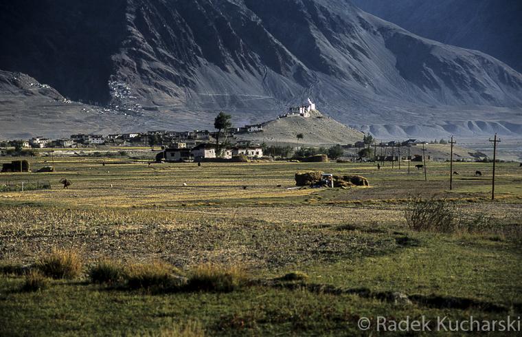 Zaskar (Zanskar) - południowo-zachodnia część Ladakhu: świątynia Pibiting, a w dali, po lewej, przyklejony do zbocza Klasztor w Karszy.