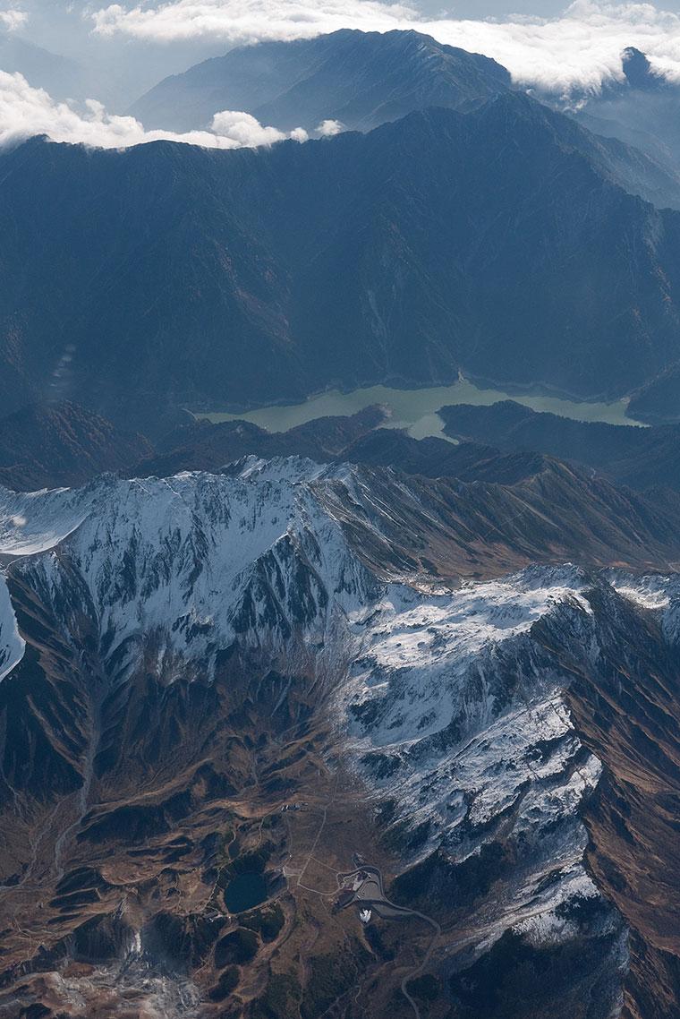 Widok z samolotu na Alpy Japońskie z jeziorem Kurobe, Japonia