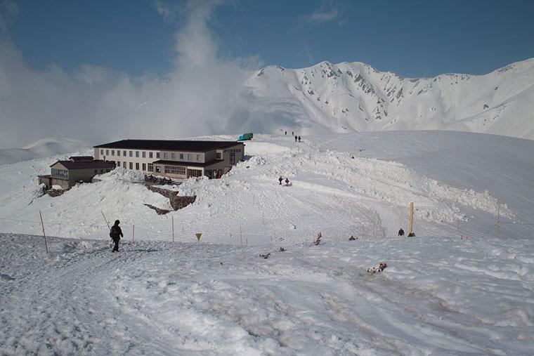 Schronisko górskie Mikurigaike w śniegu, Japonia