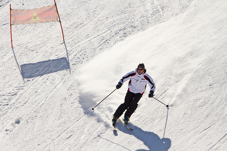 Narciarz w zimowym pejzażu, Monte Bondone, Trentino, Włochy
