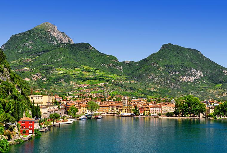 Miasto Riva del Garda, w północnej części największego jeziora Włoch - Lago di Garda, Trydent, Włochy