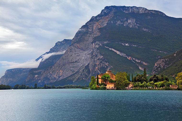 Jezioro w górach na północy Włoch i średniowieczny zamek Toblino, Trydent, Włochy