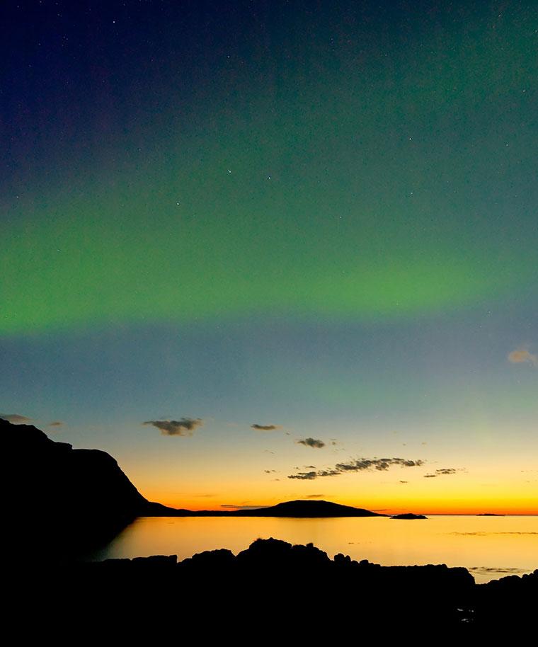 Aurora Borealis - zorza polarna, tuż po zachodzie słońca, Lofoty, Norwegia
