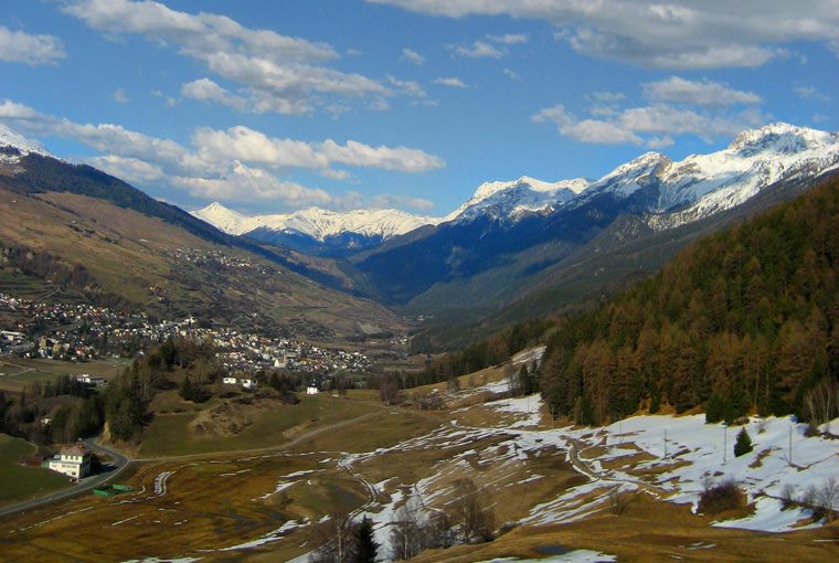 Widok na dolinę z wartowni zamku Tarasp, Szwajcaria