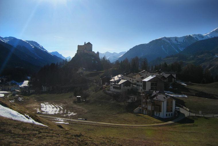 Widok na zamek Tarasp, Szwajcaria