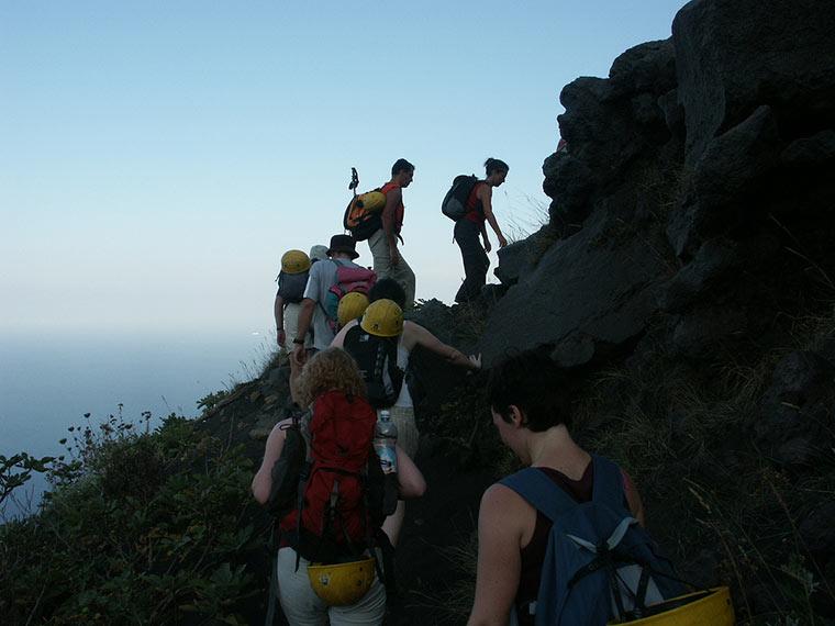 Wspinając się na wulkan Stromboli, Włochy