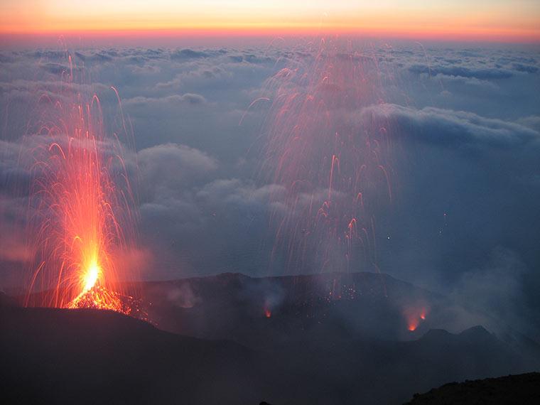 Oglądanie erupcji wulkanu Stromboli od strony