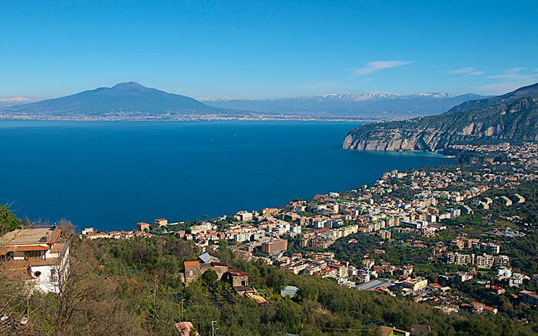 Widok Sorrento z Wezuwiuszem w tle, Włochy
