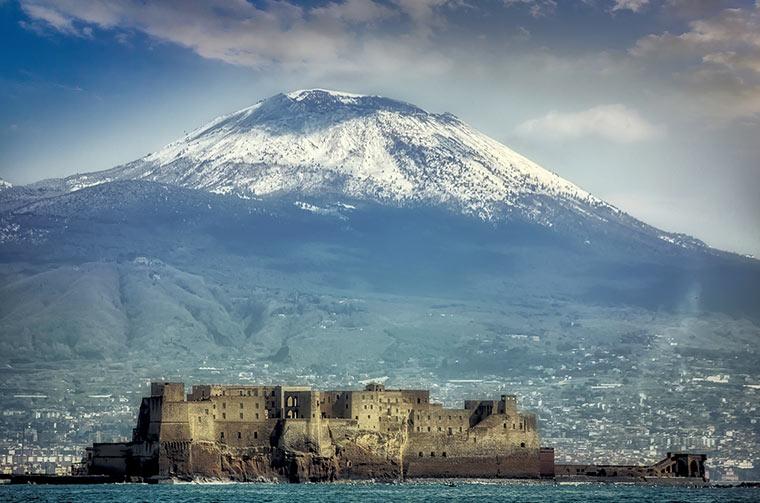 Wulkan Wezuwiusz z promenady w Neapolu